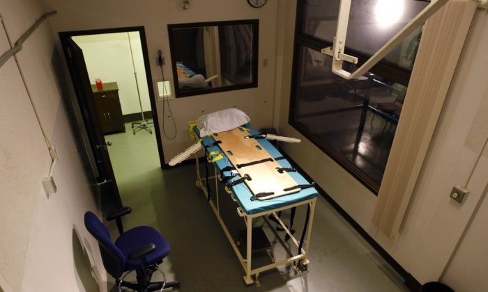 The execution chamber at the Washington State Penitentiary is shown with the witness gallery behind glass at right, in Walla Walla, Wash., on Nov. 20, 2008. (AP Photo/Ted S. Warren, File)