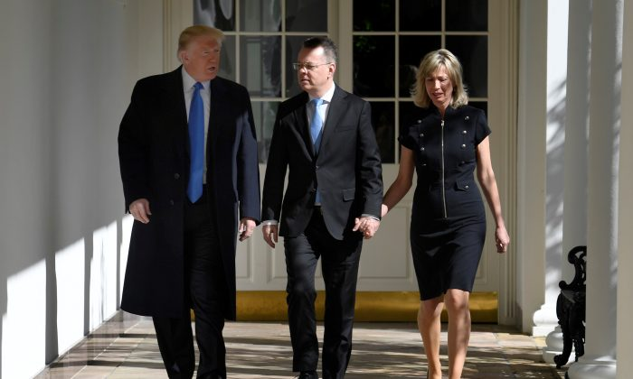 U.S. President Donald Trump escorts Pastor Andrew Brunson, released from Turkish detention, and his wife Norine, along the Colonnade to a welcoming ceremony in the Oval Office of the White House, Washington on Oct. 13, 2018. (REUTERS/Mike Theiler)