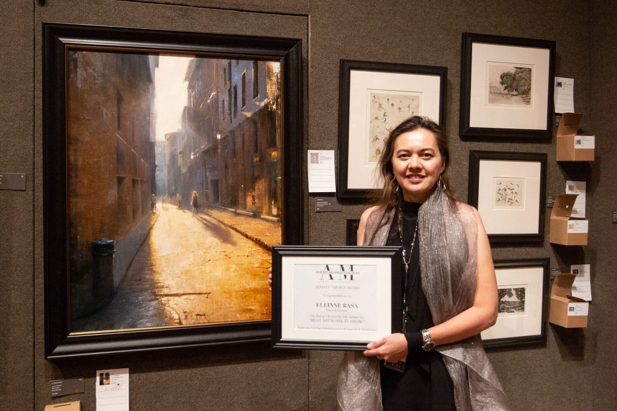 """Artist, D. Eleinne Basa, receives the Artist's Choice award for her painting, """"Luce di Firenze"""" during the American Masters Exhibiton and Sale at the Salmagundi Club on October 12, 2018. (Milen eFernandez/The Epoch Times)"""