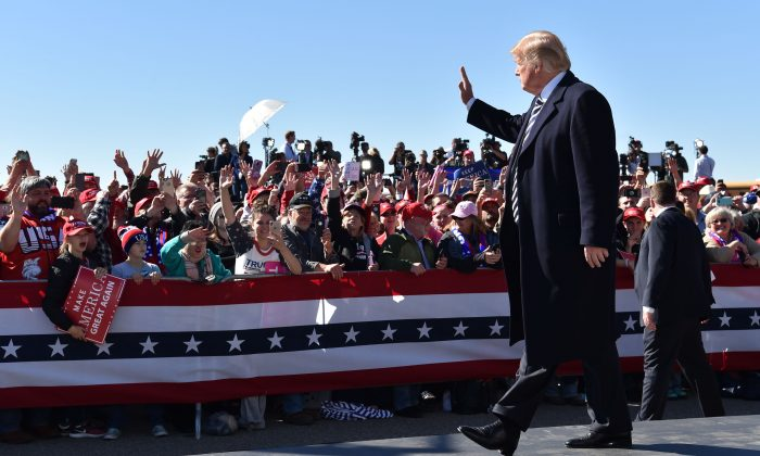"U.S. President Donald Trump arrives for a ""Make America Great Again"" rally at Elko Regional Airport in Elko, NV., on Oct. 20, 2018. (