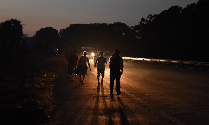 Honduran migrants taking part in a caravan heading to the U.S., walk in Huixtla, Chiapas state, Mexico, on Oct. 24, 2018. (Johan Ordonez/AFP/Getty Images)