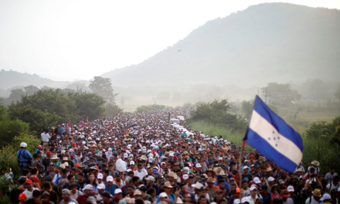 A caravan of thousands of migrants from Central America, en route to the United States, makes its way to San Pedro Tapanatepec from Arriaga, Mexico, on Oct. 27, 2018. (Ueslei Marcelino/Reuters)