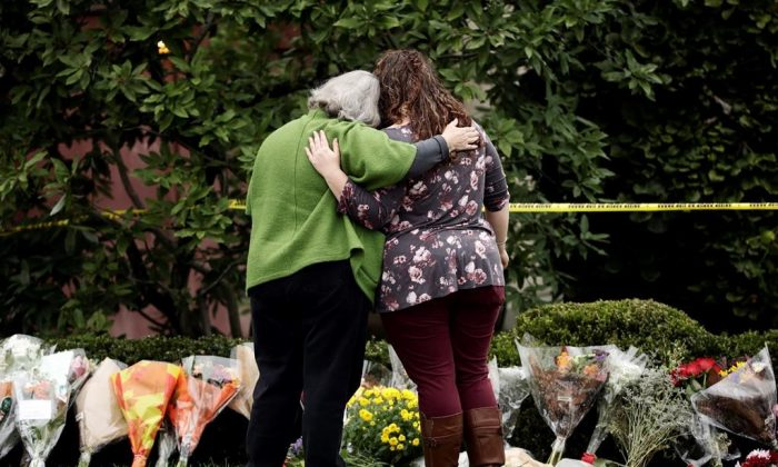 Canadians pay their respects to the victims in Pittsburgh. (The Canadian Press)