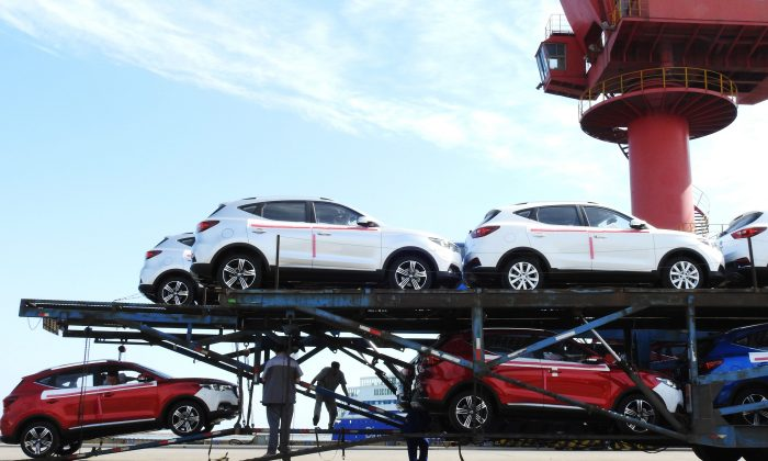 Workers load cars to be exported at a port in Lianyungang in China's eastern Jiangsu Province on May 31, 2018. ( -/AFP/Getty Images)