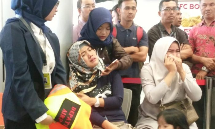 Relatives of passengers of Lion Air flight JT610 that crashed into the sea, cry at Depati Amir airport in Pangkal Pinang, Indonesia, Oct. 29, 2018. (Antara Foto/Elza Elvia via Reuters)