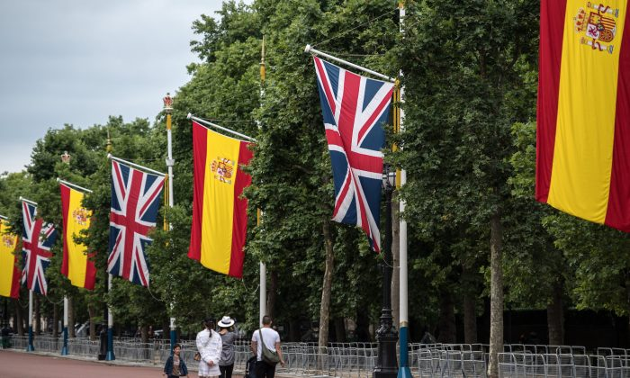 Tourists walk along The Mall where Spanish flags have been hung alongside Union Flags ahead of a state visit by King Felipe and Queen Letizia of Spain, on July 11, 2017 in London, England.  (Carl Court/Getty Images)