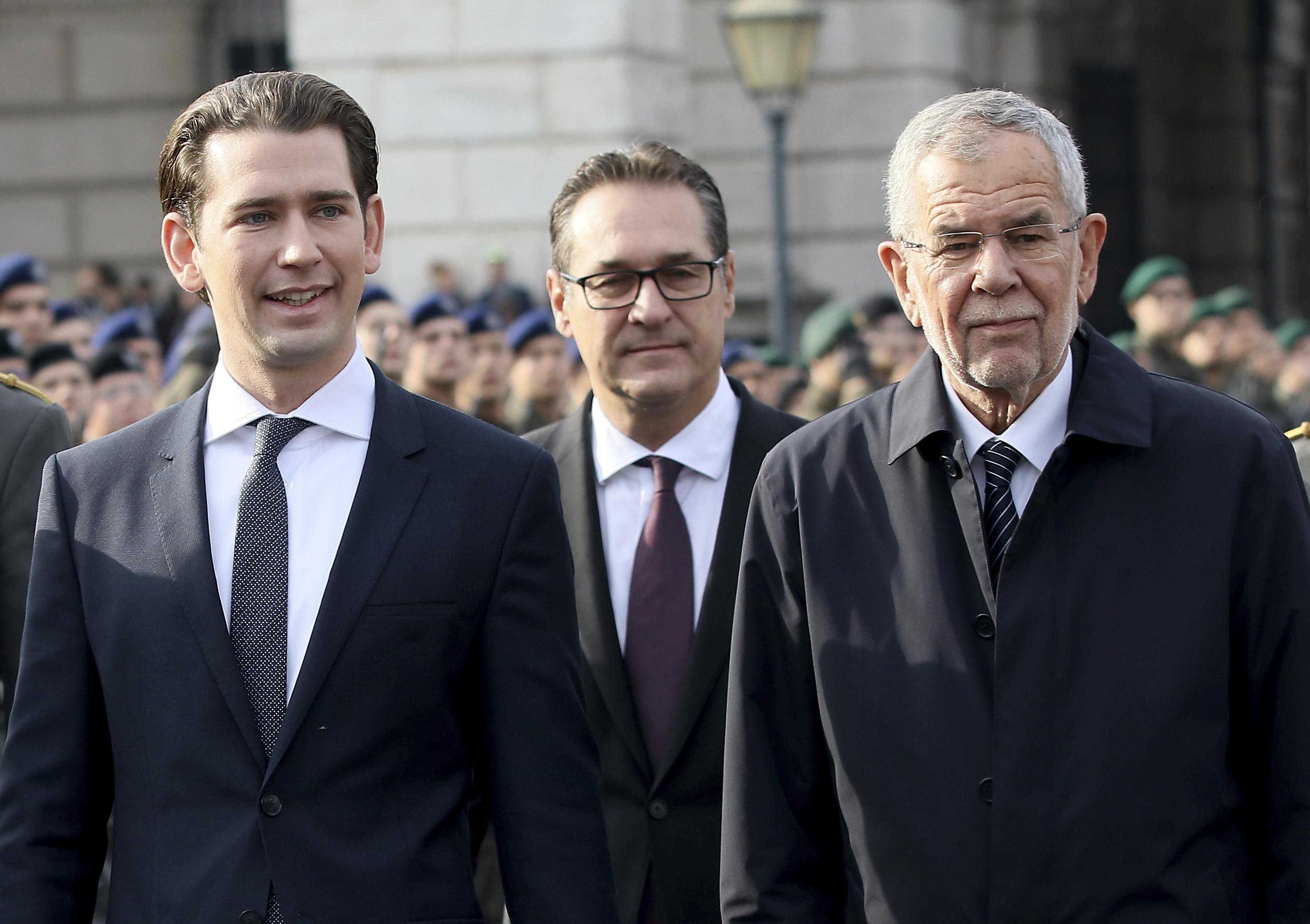 Austrian politicians review recruits