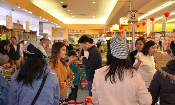 Visitors enjoy the 2018 Korean Healthy Food Awards at 99 Ranch Market in Milpitas on Oct. 20, 2018.  (David Zhang/The Epoch Times)