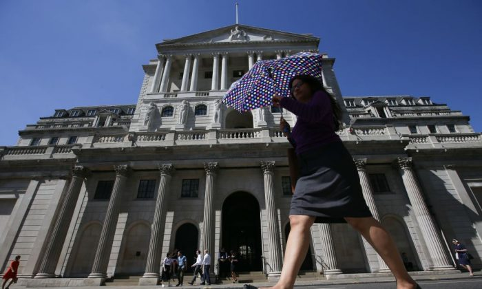Pedestrians walk past the Bank of England in the City of London on Aug. 2, 2018. (DANIEL LEAL-OLIVAS/AFP/Getty Images)