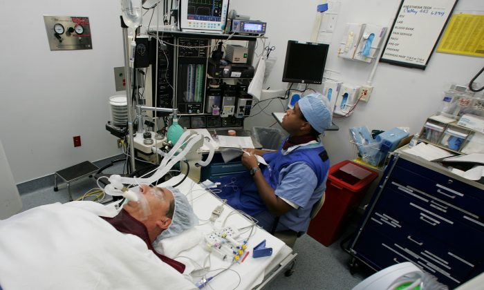 Anesthesiologist Rondall Lane (L) monitors a man with prostate cancer prior to a bacchytherapy operation at the UCSF Comprehensive Cancer Center August 17, 2005 in San Francisco, California. (Justin Sullivan/Getty Images)