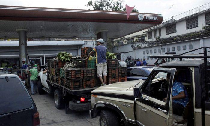 Motorists line up for fuel at a gas station of the Venezuelan state-owned oil company PDVSA in San Cristobal, Venezuela on Nov. 10, 2018 . (Carlos Eduardo Ramirez/Reuters)