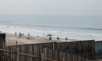 Video: Advance Wave of Migrant Caravan Reaches US Border, Several Scale Border Fence
