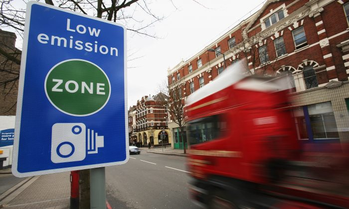 File photo showing a Low Emission Zone sign in London, UK, Feb. 4, 2008. (Daniel Berehulak/Getty Images)