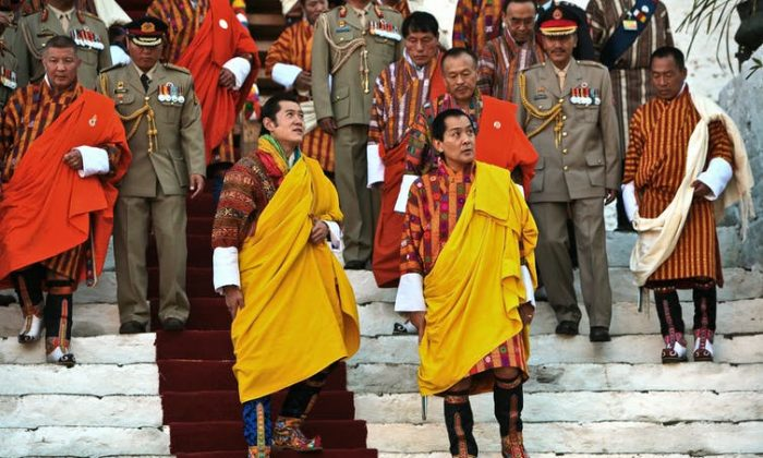 Jigme Singye Wangchuck, the fourth King of Bhutan (R) and the current king, his son, Jigme Khesar Namgyel Wangchuck (L). (Gelay Jamtsho / flickr, CC BY-NC-SA)