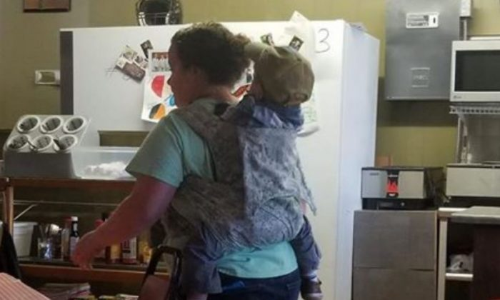 A Tennessee waitress was praised for working with her child strapped to her back. (Kelly Gentry via Storyful)