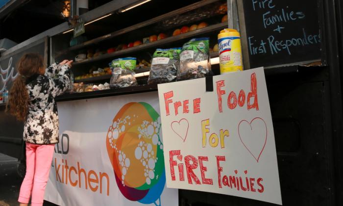 Miruia Eubanks, 9, grabs some free food from a food truck in Chico, California, U.S. November 20, 2018.  (Elijah Nouvelage/Reuters)