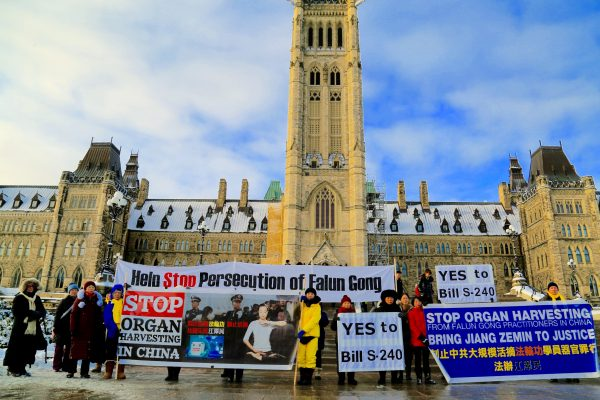 Falun Dafa adherents hold a rally outside of the Parliament Hill in support of Bill S-240 which targets organ trafficking on Nov. 20, 2018. (Jonathan Ren/The Epoch Times)