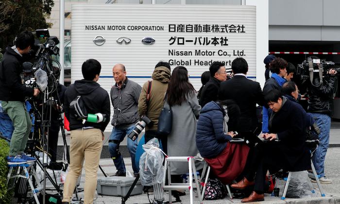 Members of the media gather in front of Nissan Motor Co.'s global headquarters building in Yokohama, Japan Nov. 22, 2018. (Reuters/Toru Hanai)