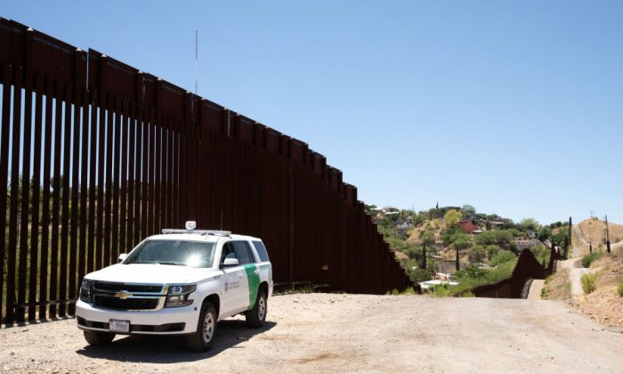 Border Patrol guards the fence at the U.S.-Mexico border in Nogales, Ariz., on May 23, 2018. (Samira Bouaou/The Epoch Times)