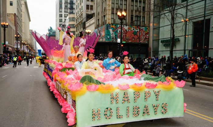 One of the many groups participating in Chicago's 2018 Thanksgiving Day Parade was Falun Dafa. The Falun Dafa float has appeared for 16 consecutive years in Chicago's parade. (David Yang)