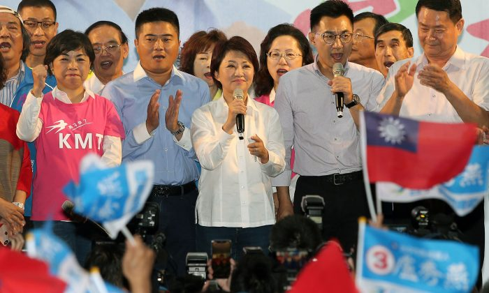 Lu Shiow-yen (C), from the main opposition Kuomintang (KMT) party, speaks after his victory in the Taichung mayor race following local elections in Taipei on Nov. 24, 2018. (AFP/Getty Images)