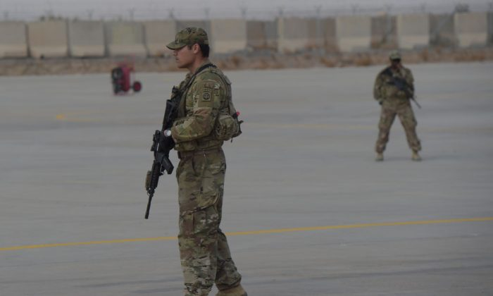 A United States soldier stands guard at Kandahar Air base in Afghanistan on January 23, 2018. (SHAH MARAI/AFP/Getty Images)