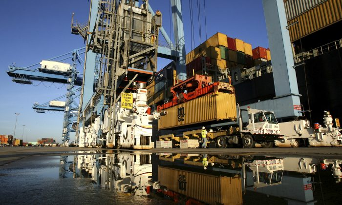 Crews load and unload consumer products at the Port of New Orleans along the Mississippi River in New Orleans, Louisiana June 23, 2010. (Sean Gardner/Reuters)