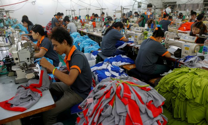 Laborers work at a garment factory in Bangkok, Thailand on May 30, 2016. (Athit Perawongmetha/Reuters)