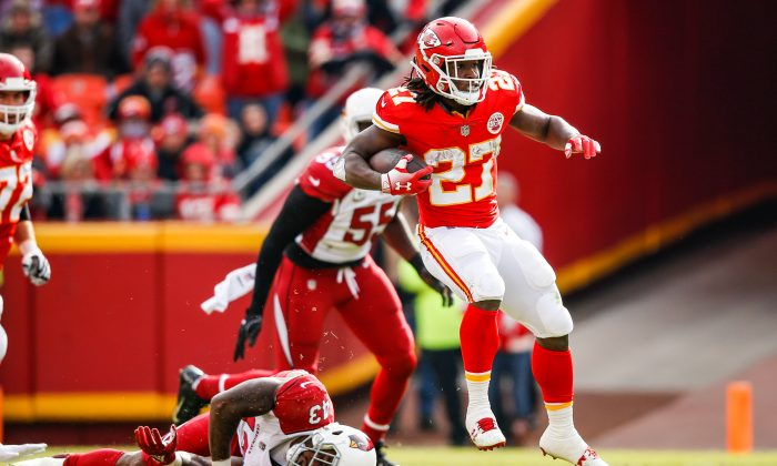 Kareem Hunt #27 of the Kansas City Chiefs makes a jump cut over Bene' Benwikere #23 of the Arizona Cardinals during the first half of the game at Arrowhead Stadium on November 11, 2018 in Kansas City, Missouri. (Photo by David Eulitt/Getty Images)
