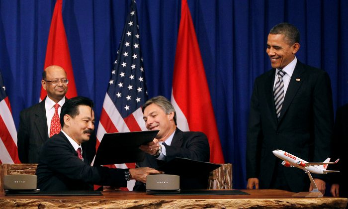 U.S. President Barack Obama (R) watches on as Ray Connor, Sr Vice President of Boeing and Rusdi Kirana, President Director of Lion Air (2nd L) exchange documents during a signing of a memorandum of understanding between the two companies on the sidelines of the ASEAN Summit in Nusa Dua, Bali, November 18, 2011.   (Jason Reed/File Photo/Reuters)