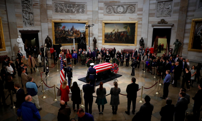 Mourners pay their respects at the casket of former U.S. President George H.W. Bush as it lies in state inside the U.S. Capitol Rotunda on Capitol Hill in Washington, U.S., December 4, 2018. (Aaron P. Bernstein/Reuters)