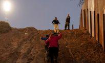 Over 400 Migrants Cross Border, Surrender to Border Patrol in Texas
