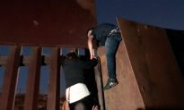 Videos of the Day: Over 400 Migrants Cross Border, Surrender to Border Patrol in Texas