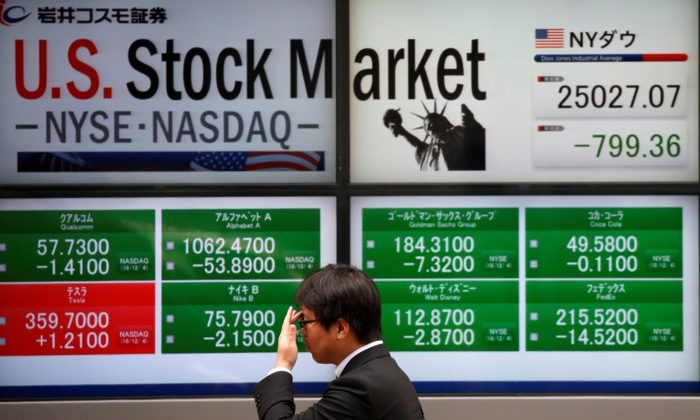 U.S. stock market indicators outside a brokerage in Tokyo, Japan on Dec. 5, 2018. (REUTERS/Issei Kato)
