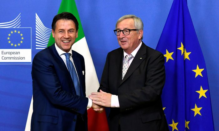 Italian Prime Minister Giuseppe Conte meets with European Commission President Jean-Claude Juncker to discuss the dispute between the EU and Rome over Italy's profligate policies in its 2019 draft budget, in Brussels, Belgium on Nov. 24, 2018. (Piroschka van de Wouw/Reuters)