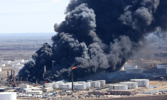 Dark smoke rises from Husky Energy oil refinery following an explosion in Superior, Wis., on April 26, 2018. (Reuters/Robert King/Duluth News Tribune)