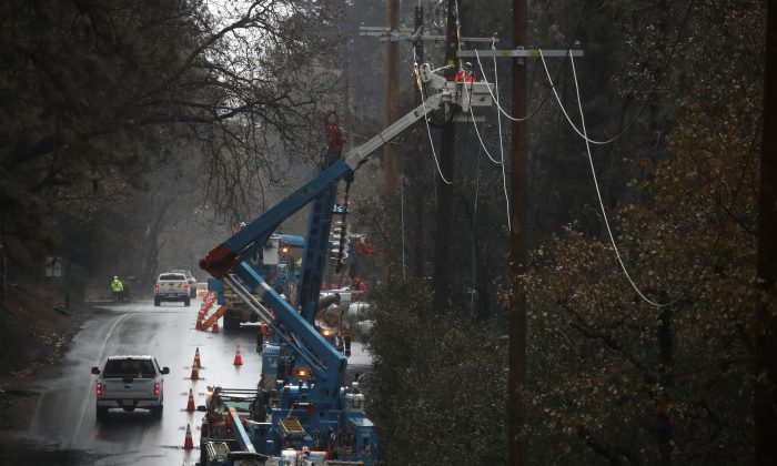Pacific Gas and Electric (PG&E) crews repair power lines that were destroyed by the Camp Fire in Paradise, Calif. on Nov. 21, 2018. (Justin Sullivan/Getty Images)