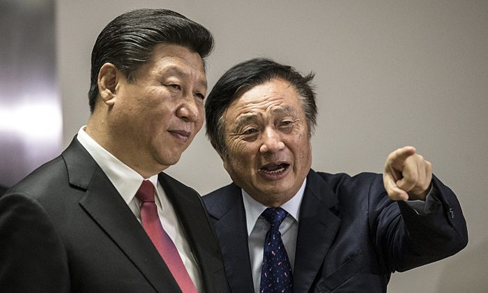 Huawei President Ren Zhengfei (R) shows Chinese leader Xi Jinping around the tech firm's offices in London on Oct. 21, 2015. (MATTHEW LLOYD/AFP/Getty Images)