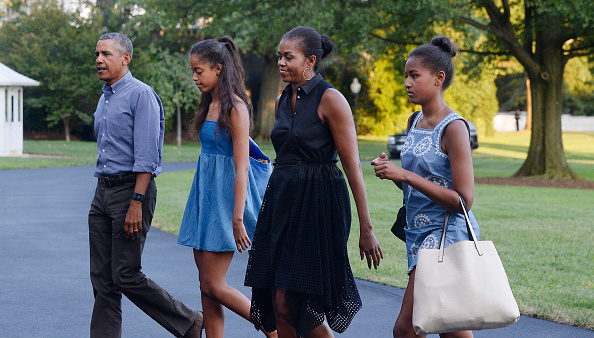 U.S. President Barack Obama (L), daughters Sasha (2nd L) and Malia (R) and first lady Michelle Obama arrive at the White House Aug.23, 2015 in Washington, D.C. (Olivier Douliery-Pool/Getty Images)
