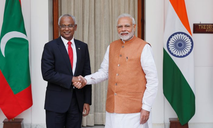 Maldives President Ibrahim Mohamed Solih and India's Prime Minister Narendra Modi shake hands ahead of their meeting at Hyderabad House in New Delhi, India on Dec. 17, 2018. (Adnan Abidi/Reuters)