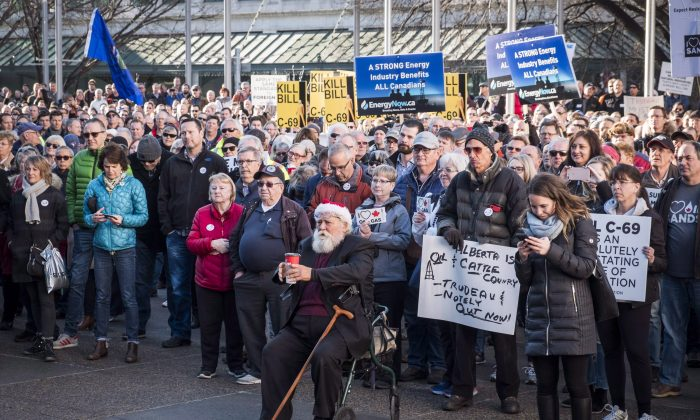 Oil and gas industry supporters gather at a pro-pipeline rally at City Hall in Calgary on Dec. 17, 2018. (The Canadian Press/Jeff McIntosh)