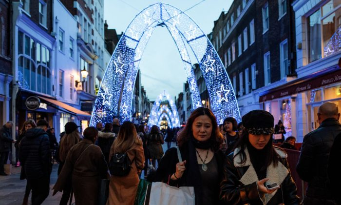 Shoppers walk through a Christmas light display on Dec. 17, 2018 in London, England. (Jack Taylor/Getty Images)