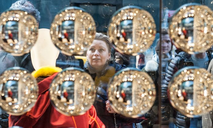 Window shopper along Fifth Ave. in New York on Dec. 24, 2016. (Stephanie Keith/Getty Images)