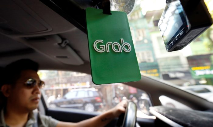 A Grab taxi drives on a street in Hanoi, Vietnam October 29, 2018. (Reuters//Kham)