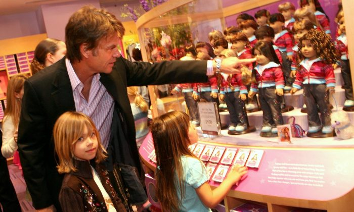 Actor Harry Hamlin shows his daughters the doll display in Los Angeles, on April 21, 2006. (Kevin Winter/Getty Images)