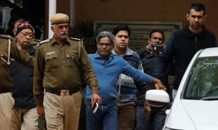 Rajiv Saxena (C), an accused in India's abortive, scandal-tainted helicopter deal with Anglo-Italian firm Agusta Westland, is escorted by police as he leaves a court in New Delhi, India, Jan. 31, 2019. (Reuters/Anushree Fadnavis)