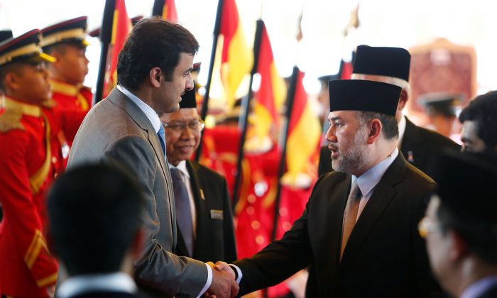 Qatar's Emir Sheikh Tamim bin Hamad al-Thani (L) shakes hand with Malaysia's King Muhammad V after a state welcome ceremony at the Parliament House in Kuala Lumpur, Malaysia Oct. 16, 2017. (Lai Seng Sin/Reuters)
