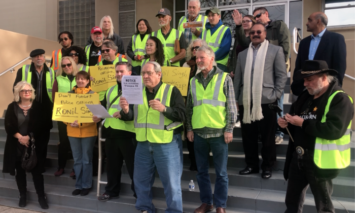 New California Movement activists wearing yellow vests protest on steps of the Stanislaus County Courthouse in California on Jan. 1, 2019, calling on President Donald Trump to end California's sanctuary state policies. (Nathan Su/The Epoch Times)