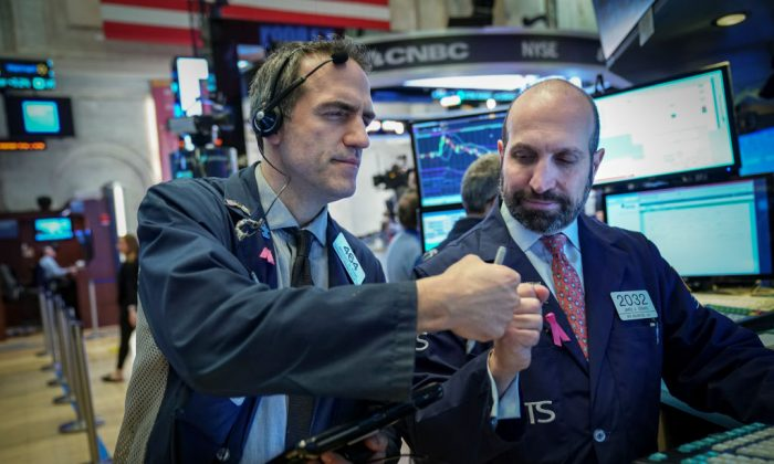 Traders and financial professionals work on the floor of the New York Stock Exchange (NYSE) in N.Y. on Jan. 4, 2019. (Drew Angerer/Getty Images)