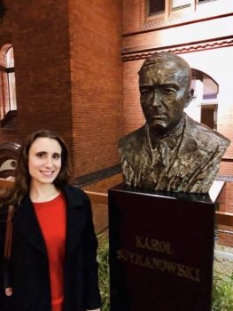 Jennifer Pike with a bust of Karol Szymanowski